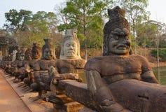 Estátuas de Devas na ponte a Angkor Thom Imagens de Stock