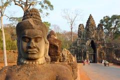 Estátuas de Devas na ponte a Angkor Thom Fotografia de Stock