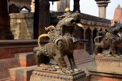 Estátuas de guardar leões imagens de stock