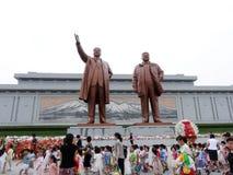 Estátuas de Kim Il Sung e de Kim Jong Il imagens de stock
