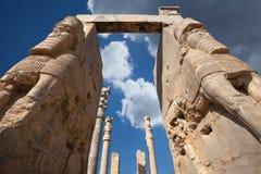 Estátuas de Lamassu de Persepolis contra o céu azul com as nuvens brancas em Shiraz Imagens de Stock Royalty Free