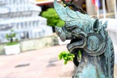 Estátuas de Lion Guardian no templo de Wat Pho fotos de stock