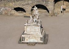 Estátuas de Marco Nonio Balbo e de duas figuras do anjo no terraço de Marco Nonio Balbo em Parco Archeologico di Ercolano Imagens de Stock