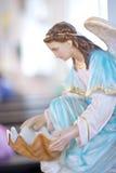 Estátuas de mulheres santamente na igreja Católica Fotos de Stock