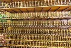 Estátuas de Oscar oferecidas nas lojas imagens de stock royalty free