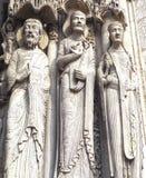 Estátuas de Saint católicos em Cathedrale Notre Dame de Chartres, uma catedral católica velha medieval em Chartres, França foto de stock royalty free