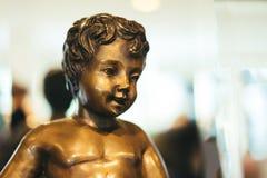 Estátuas de sorriso da criança feitas do bronze Fotografia de Stock