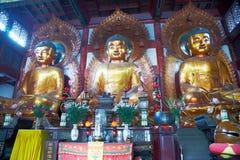 Estátuas de três Buddhas no templo imagens de stock royalty free