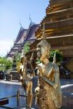 Estátuas de um kinnara em Wat Phra Kaew, Banguecoque Foto de Stock Royalty Free