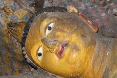 Estátuas de Wonderlful buddha e imagens no templo real da rocha de Dambulla, herança do UNESCO, Sri Lanka Foto de Stock