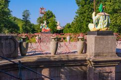 Estátuas do chinês com as grandes lanternas nos polos que sentam-se em uma ponte de mármore Imagem de Stock
