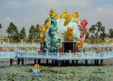Estátuas do dragão no pagode chinês em Chau Doc, Vietname imagens de stock