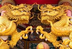 Estátuas do dragão do ouro em locais de encontro religiosos chineses Fotografia de Stock