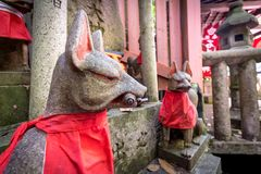 Estátuas do guardião do Fox de Fushimi Inari Taisha Foto de Stock