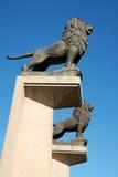 Estátuas do leão na ponte de pedra em Zaragoza Imagens de Stock