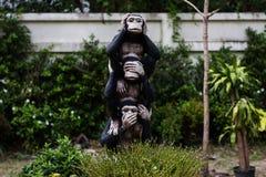 estátuas do macaco com sinal da mão Foto de Stock Royalty Free