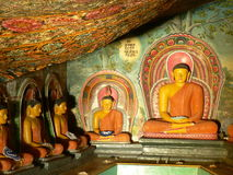 Estátuas do senhor Buddha & pinturas de um templo budista imagens de stock royalty free
