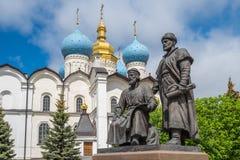 Estátuas dos arquitetos, Kremlin de Kazan, Rússia fotografia de stock