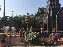 Estátuas dos bois no templo de Wat Preah Prom Rath em Siem Reap, Camboja imagem de stock royalty free