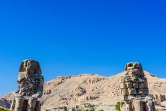Estátuas dos colossos de Memnon do faraó Amenhotep III em Luxor, Egito foto de stock royalty free