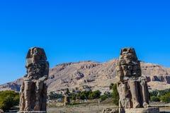 Estátuas dos colossos de Memnon do faraó Amenhotep III em Luxor, Egito foto de stock