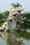 Estátuas dos dragões em um lago em Samut Parkan, Banguecoque, Tailândia imagens de stock