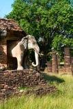 Estátuas dos elefantes em ruínas do templo budista Imagens de Stock