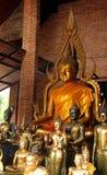 Estátuas douradas de buddha em um templo pequeno em Wat Phra Sri Sanphet Ayutthaya, Tail?ndia imagens de stock