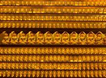 Estátuas douradas de buddha no templo de Yakcheonsa Fotos de Stock