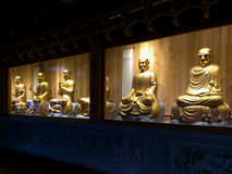 Estátuas douradas dos arhats no templo de Nanputuo na cidade de Xiamen, China Fotografia de Stock Royalty Free