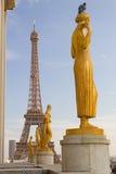 Estátuas e torre Eiffel foto de stock royalty free
