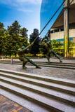 Estátuas e uma construção moderna em Richmond do centro, Virgínia imagens de stock