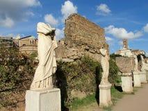 Estátuas em ruínas de Roman Forum em Roma foto de stock