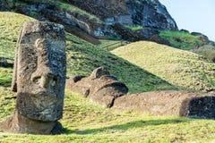 Estátuas estando e de encontro de Moai Fotos de Stock Royalty Free
