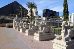 Estátuas exteriores na frente do Luxor Fotografia de Stock Royalty Free