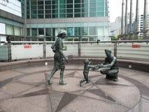 Estátuas humanas no parque perto da construção de Taipei 101 em Taipei Foto de Stock Royalty Free