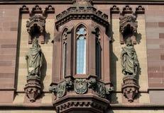 Estátuas na fachada em Dragon Castle foto de stock royalty free