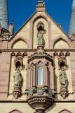 Estátuas na fachada em Dragon Castle fotografia de stock royalty free