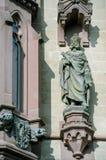 Estátuas na fachada em Dragon Castle imagens de stock