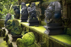 Estátuas na floresta do macaco imagens de stock royalty free