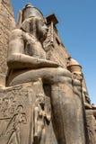 Estátuas na frente da entrada a Templo de Luxor, banco do leste complexo Nile River Thebes antigo do templo egípcio antigo fotografia de stock royalty free