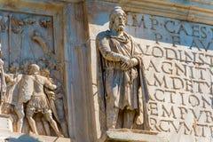 Estátuas no arco de Constantim em Roma, Itália imagens de stock