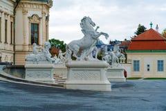 Estátuas no jardim do palácio do Belvedere, Viena, Áustria fotografia de stock royalty free
