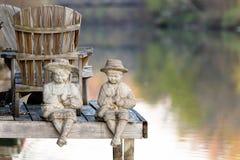 Estátuas pelo canal Imagens de Stock