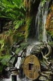 Estátuas pequenas da cachoeira e do templo do chinês tradicional fotografia de stock royalty free