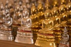 Estátuas pequenas de buddha no templo Tailândia Fotografia de Stock Royalty Free