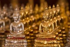 Estátuas pequenas de buddha no templo Tailândia Foto de Stock Royalty Free
