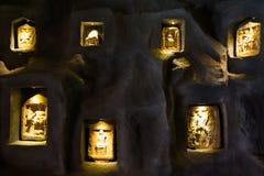 Estátuas pequenas introduzidas na parede Imagens de Stock