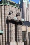 Estátuas que guardam as lâmpadas esféricas na estação de trem central de Helsínquia o 17 de março de 2013 em Helsínquia, Finlandi Fotografia de Stock Royalty Free