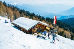Estância de esqui bonita do inverno com terraços ensolarados Foto de Stock